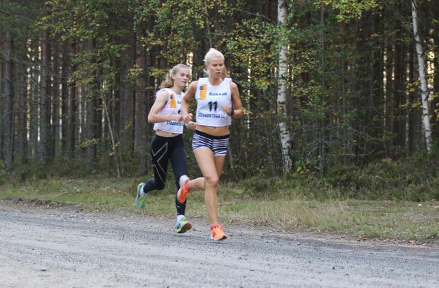 Karoline Grøtting og Marit Haslie (11) pushet hverandre opp til tidenes to beste tider i Stavåsbratta.