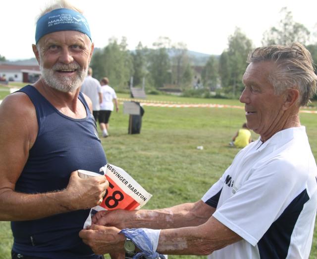 Vidar Frisk Svendsen ønskes velkommen i mål i fjorårets Kongsvinger Maraton av løpsgenral Rolf Hansen.