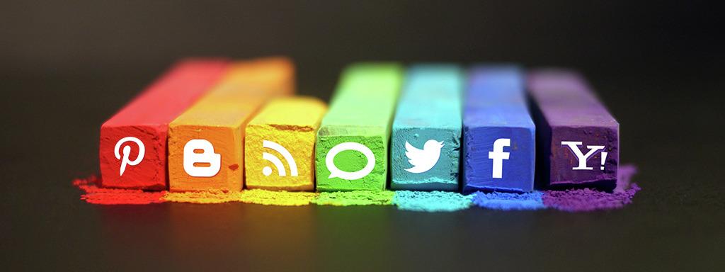 Kritt med forskjellige fargar, avbilda saman med logoar for sosiale medium. Foto: mkhmarketing.wordpress.com