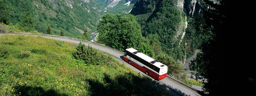 Ein rutebuss på veg opp dei svingete vegane på Aurlandsfjellet.