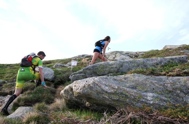 Vant: Anita Iversen Lilleskare (fremst) ble beste kvinne i Bergen Fjellmaraton. Her fulgt av Geir Føleide som kom i mål på 1.59.16. Foto: Marianne Røhme