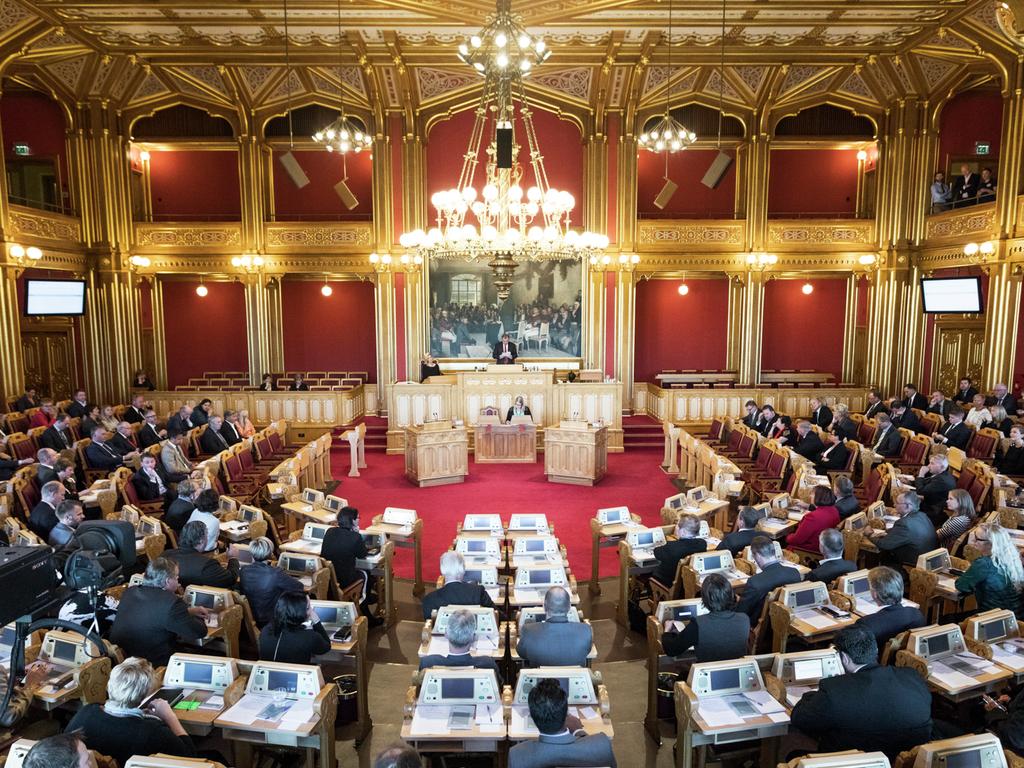 Foto frå ein fullsett stortingssal, med stortingspresident Olemic Thommessen på talarstolen.