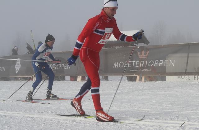 Klassikere og skøytere konkurrerer side om side i Hafjell Ski Marathon. Her er Bernt Bjørnstad (68) og Olaf Knai på veg mot mål på helmaraton.