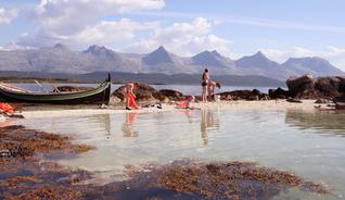 Sandnessjøen ligger ved foten av fjellkjeden De Syv Søstre. Her sett fra Herøy.  - Foto:
