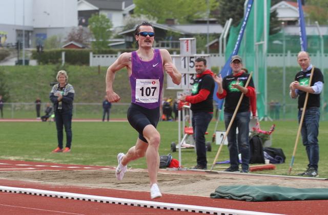 Henrik Ingebrigtsen mot mål i ensom majestet på 3000 m på Børstad Idrettspark onsdag kveld.