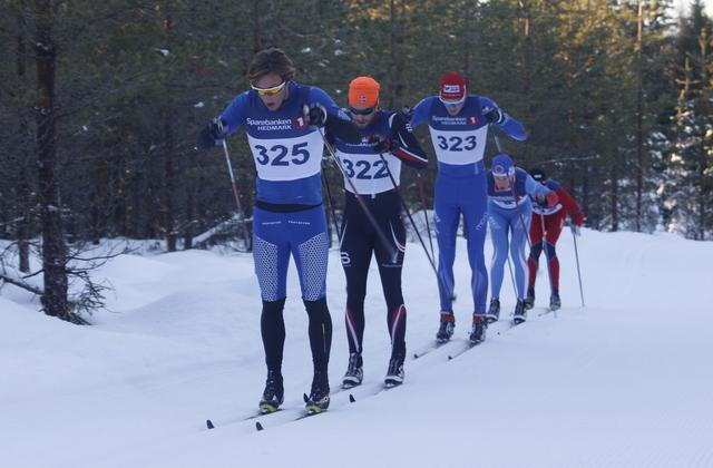 Christoffer Callesen drar tetkvintetten ved 5 km foran dagens vinner, Simen Engebretsen Nordli. Johan Edin, Fredrik Helgestad og Lars Bovold følger på rekke og rad.