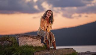 Følelsene settes i sving når Solveig synger ut til Griegs musikk under teaterproduksjonen av Peer Gynt ved Gålåvatnet  - Foto: Bård Gundersen/Peer Gynt as