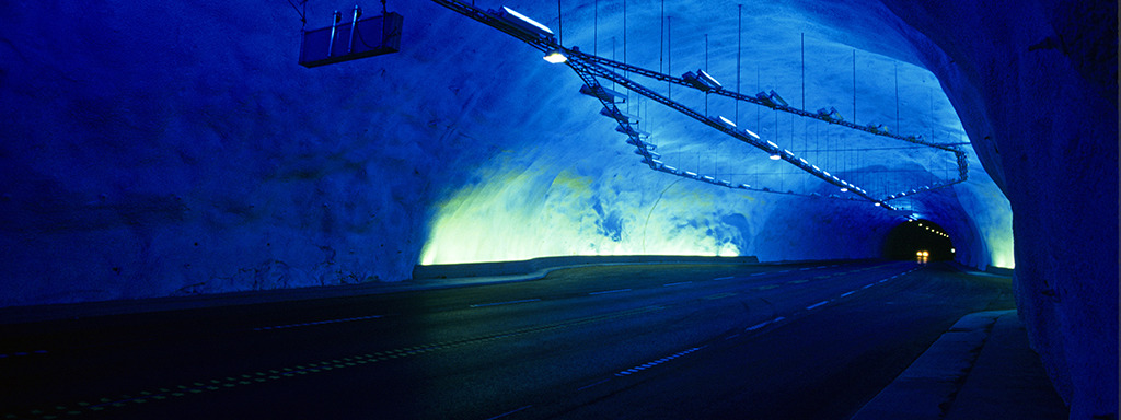 Inne i Lærdalstunnelen er det fleire hulrom. Dette hulrommet er lyst opp av blått lys. Foto: Rolf M. Sørensen