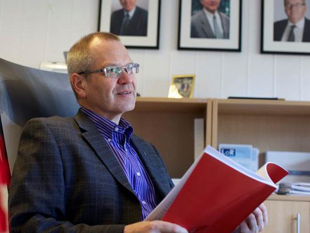 Fylkesrådmann Tore Eriksen sit på kontoret sitt. Foto: Oskar Andersen