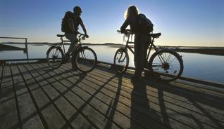 Hopp fra øy til øy inn i solnedgangen. - Foto: Terje Rakke / Nordic Life IN