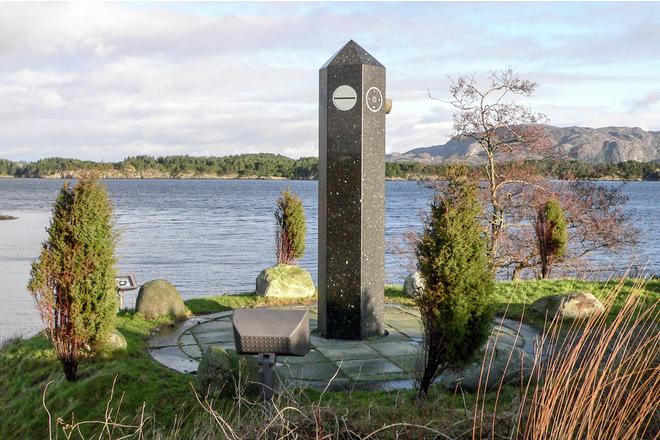 """Bauta reist til minne om havariet av """"der Zee Plog"""" på Herdla ved Bergen."""