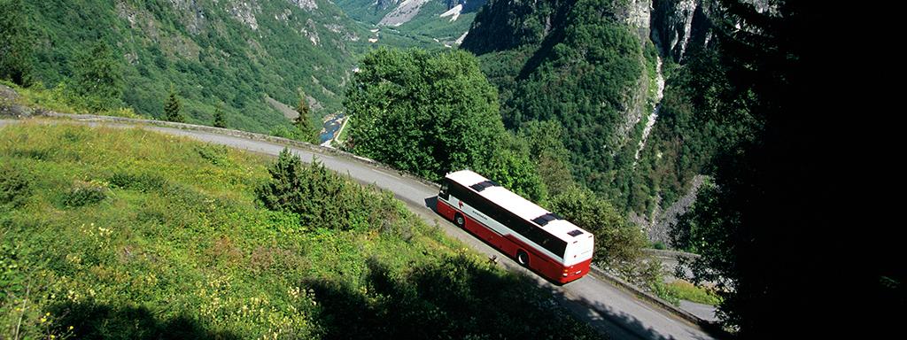 Ein buss på veg opp Aurlandsfjellet. Foto: Rolf M. Sørensen