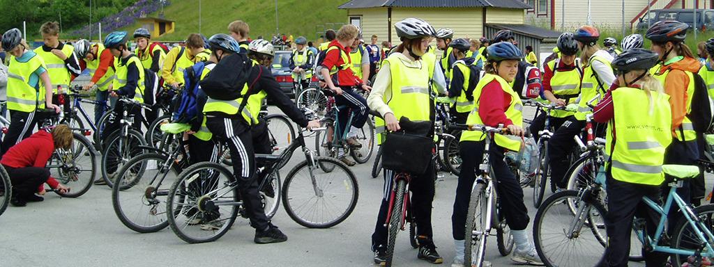 40-50 ungdommar med sykkel, hjelm og gule refleksvestar. Foto: Statens vegvesen