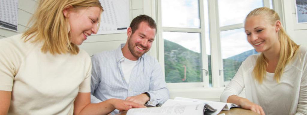 To kvinner og ein mann les brosjyrer. Illustrasjonsbilete om gründerverksemd. Foto: Jo Bergersen