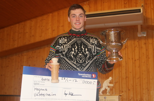 Magnus Vesterheim med belønningene for sin rekordraske Trysil-Knut-visitt.
