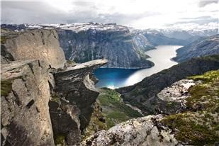 Finn oversikt over organiserte fjellturer og fotturer i Norge. Mange av våre turer inkluderer spennende aktiviteter som klatring, rappellering, zipliner med mer