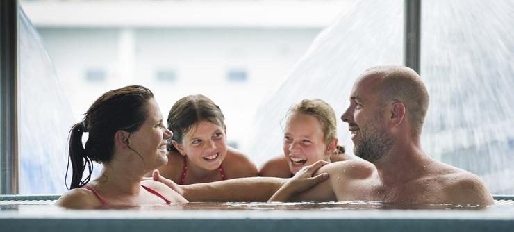 I Pirbadet ligger alle tilbudene samlet i ett stort rom, med en fascinerende utsikt over fjorden, Munkholmen og Cruisebåtene  - Foto: CH - Visitnorway.com