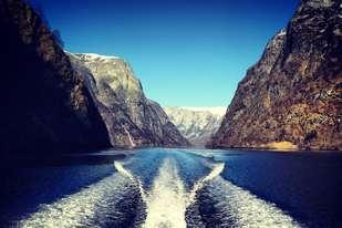 Hvorfor ikke bli med på båttur i vinter? Bli med en erfaren guide på en spennende fjordsafari med Rib båt, hør lokale historier og smak lokal geitost i Undredal.