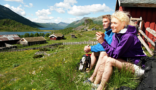 Hiking in the mountain farm area Strø in Valdres. - Photo: Terje Rakke /Nordic Life