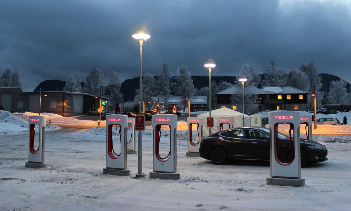 Tesla åpner to nye ladestasjoner til jul