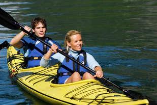 Kajakk padling med erfaren guide i Flåm langs Aurlandsfjorden lar deg oppleve vårt flotte fjord landskap
