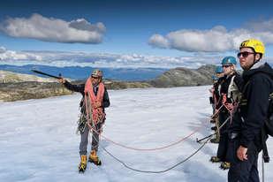 For dere som elsker snø og is er en guidet bretur på Folgefonna en trolsk opplevelse. Lær om naturen, kulturen og historien i området samtidig som du skuer utover fjord og fjell. Her kan du virkelig kjenne naturen på kroppen og ta inn over deg omfanget av de sterke naturkreftene.