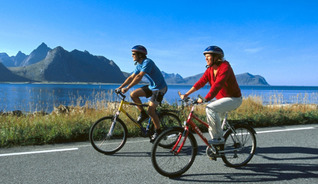 Cycling at the beatiful islands Herøy and Dønna - Photo: Terje Rakke / Nordic Life IN