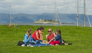 """""""Take out"""" in Trondheim means bring your family and local food to the nearest park - Photo: CH - Visitnorway.com"""