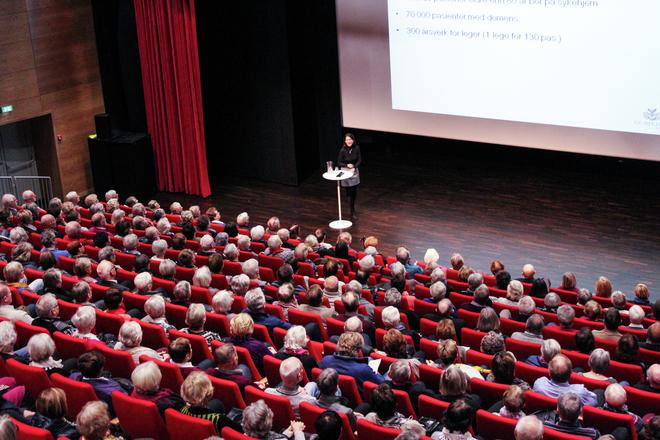 """Leder av Senter for Alders- og Sykehjemsmedisin, Bettina Husebø, snakketr om """"Et verdig liv i alderdommen""""."""