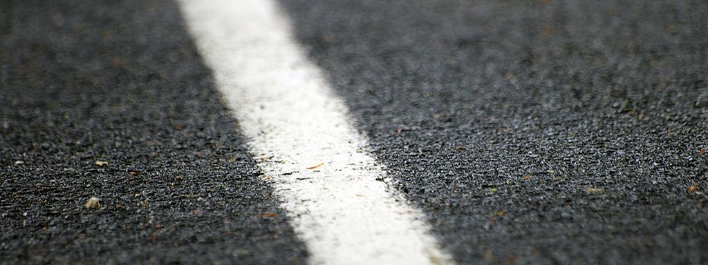 Kvit stripe på asfalt. Foto: cc-by Lali Masriera/Flickr.com
