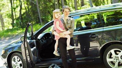 Mor og datter stiger ud af en bil.