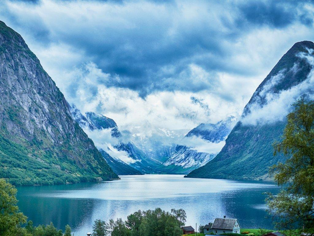Foto av typisk vakker vestlandsnatur med fjord og fjell.
