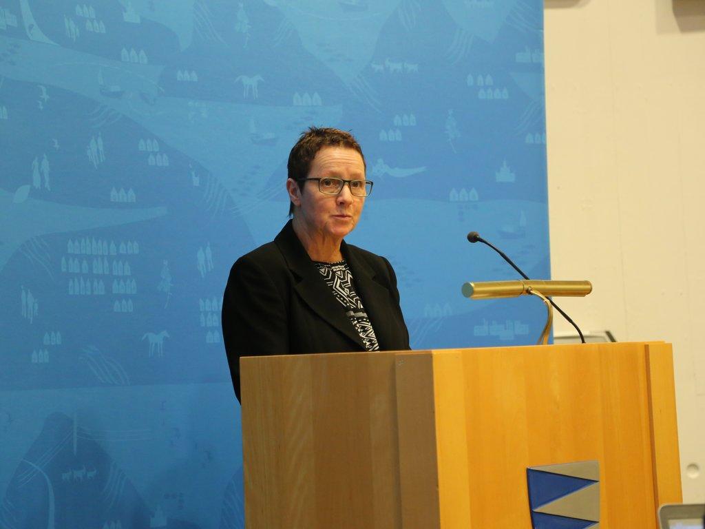 Foto av Karen Marie som står på talarstolen.