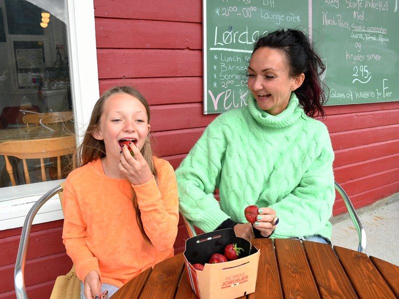 Kristin Amdam spiser norsk jordbær på kaia i Valldal. Jordbær fra Valldal er berømt