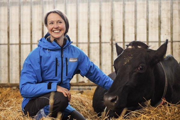Nyt Norge-veterinær Elin Røssvoll på besøk i fjøset på Thonerud, Spydeberg. Foto: Caroline Roka/Matmerk