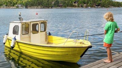 Vene laiturissa ja poika