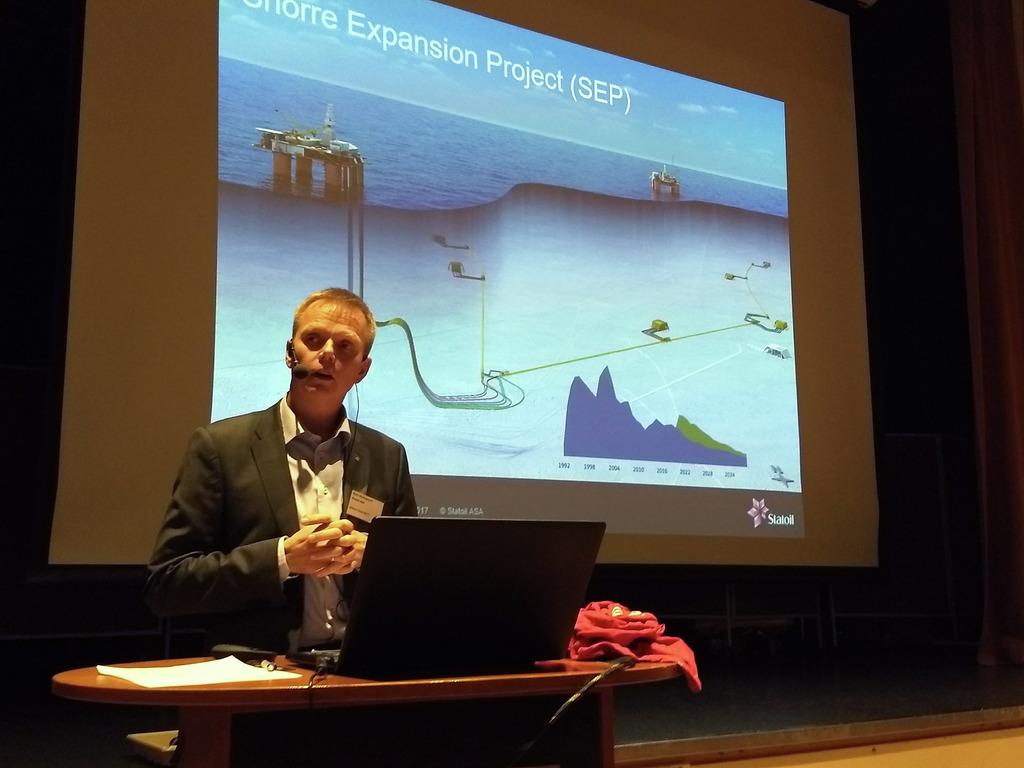 Foto av Rune Nedregaard i Statoil. Han held innlegg på petroleumskonferansen Vekst i Vest i Florø i november 2017. Bak han ser vi ein presentasjon der det står Snorre Expansion Projekt.