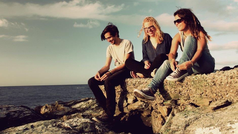 Unge mennesker på en klippe.