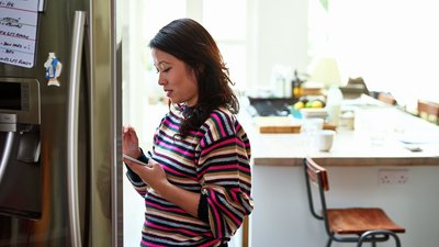 kvinna i kök