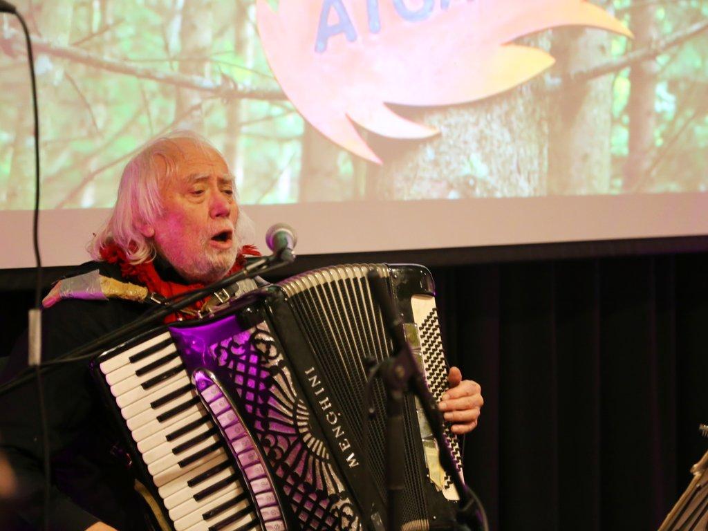 Oddvar Torsheim syng og speler trekkspel.