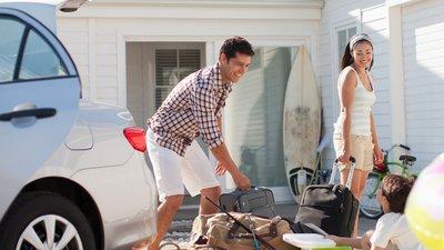 Familj packar bilen