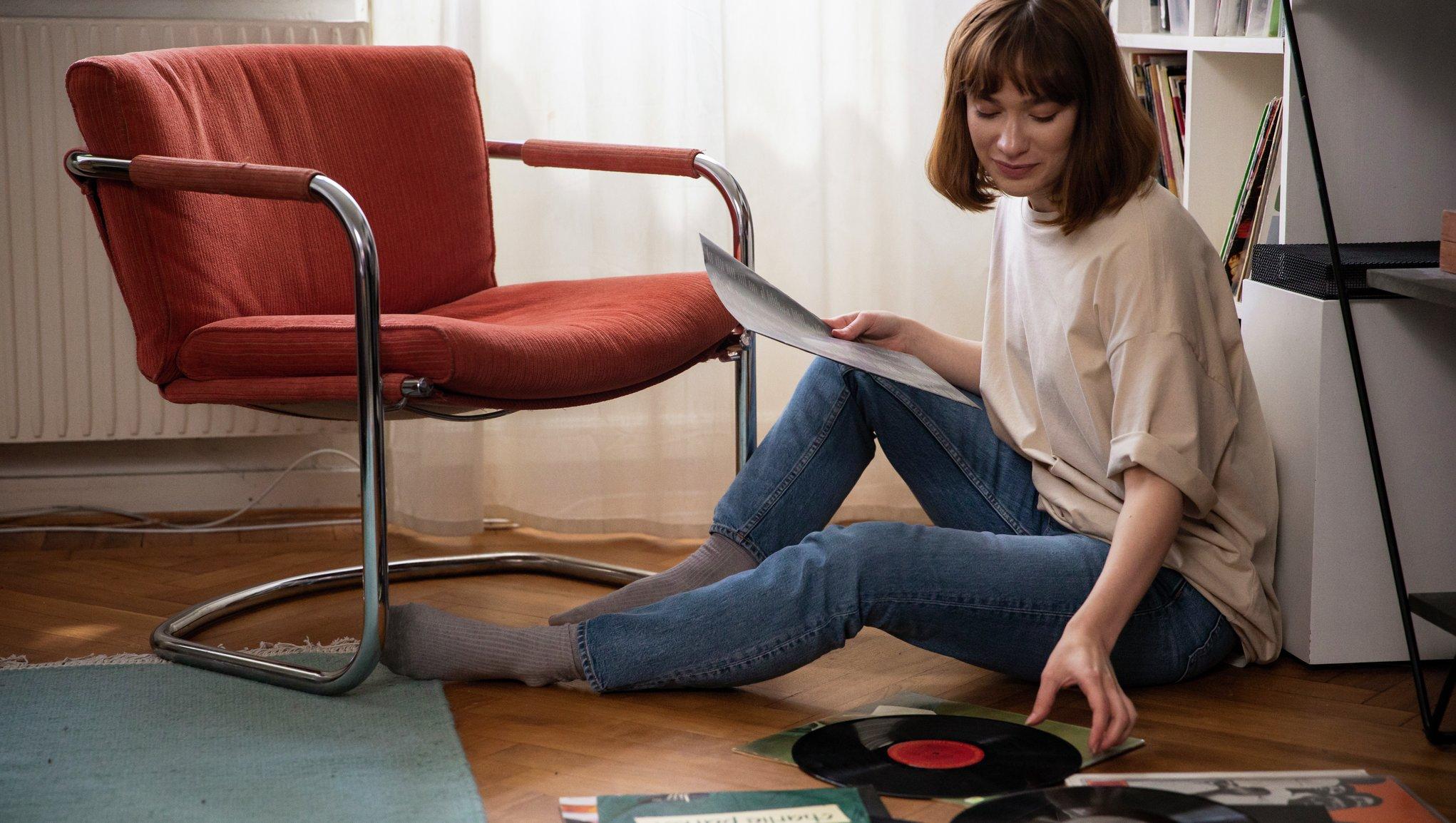 kvinna med lp-skivor