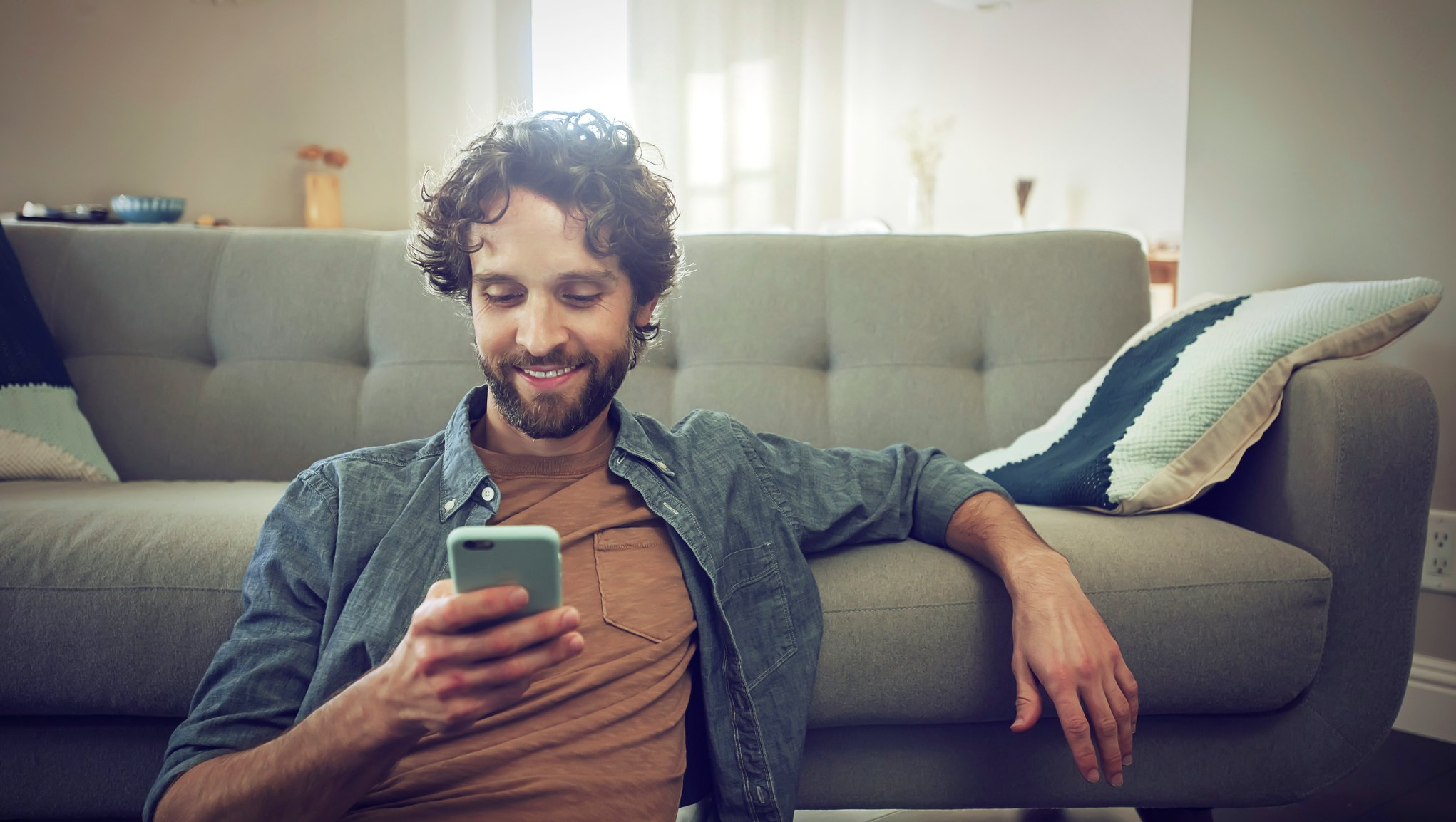Mann ser på mobilen
