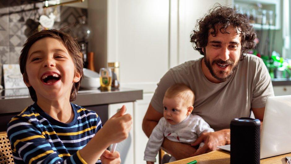 Småbarnsfamiljen äter frukost