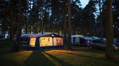 En nattlig bild på campingplats
