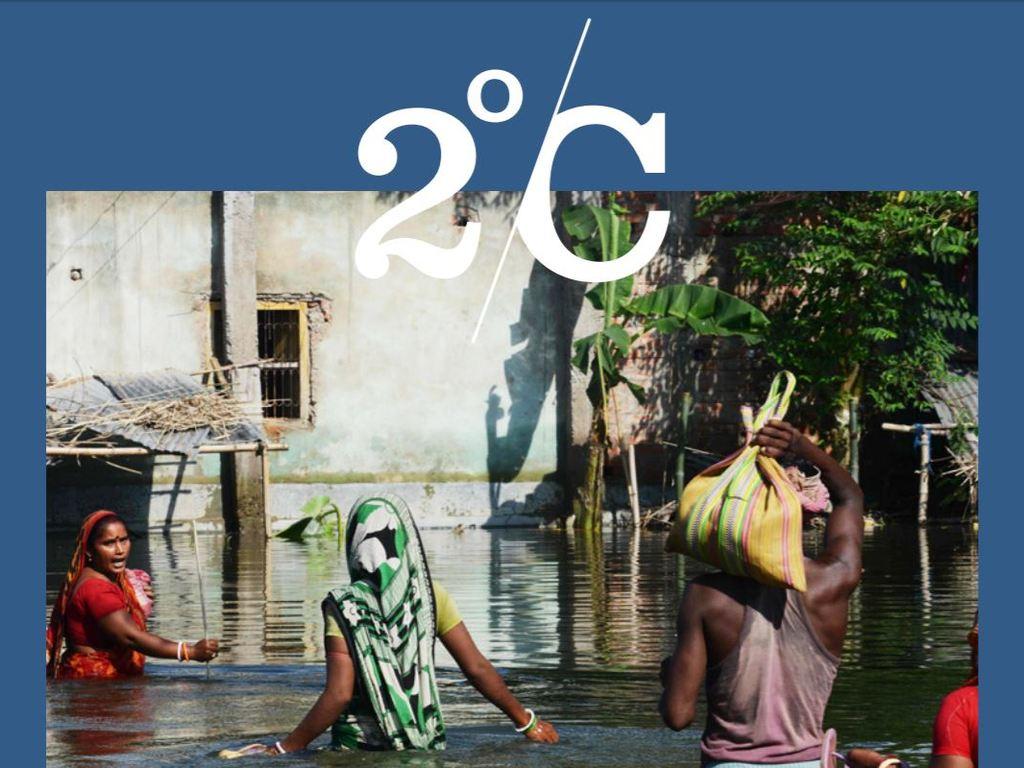 Utklypp frå delar av framsida av 2°C-magasinet 2017. Det er bilete frå ein stad det er flaum og menneske går med vatn til livet.