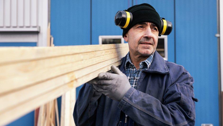Spar penger på drift og vedlikehold - bilde av arbeider med planker