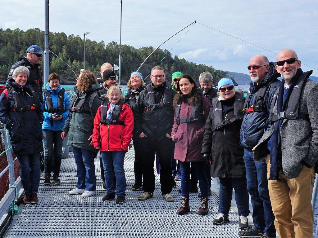 Heile gruppa som deltok på møte er oppstilte ved Steinvik fiskefarm.