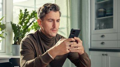 man anmäler skada i mobilen