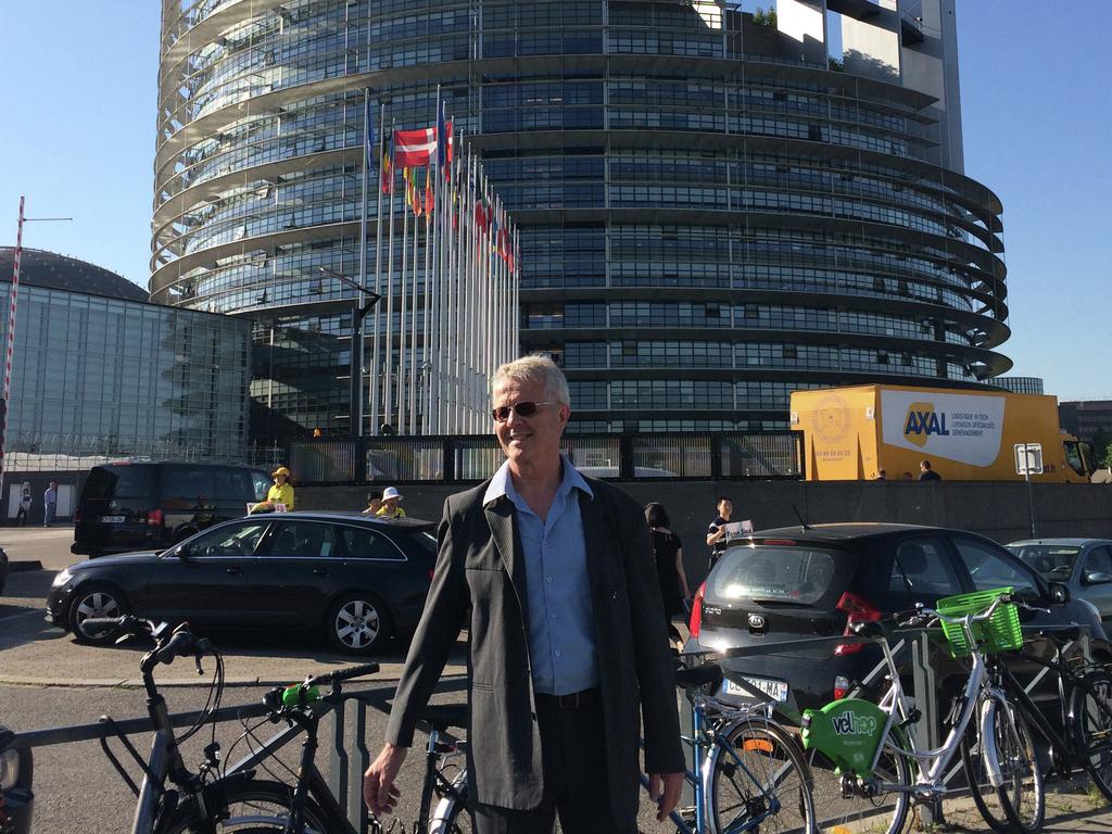 Foto av fagkoordinator i fylkeskommunen, Lars Hustveit, framfor EU-parlamentet i Strasbourg.